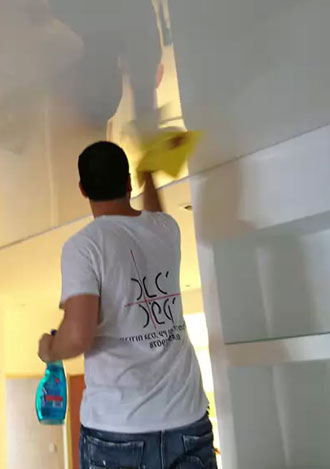 чем мыть натяжной потолок