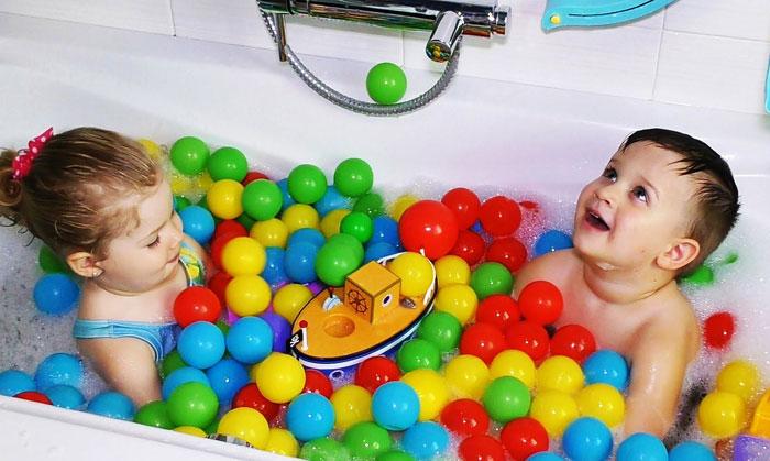 как развлечь детей в ванне